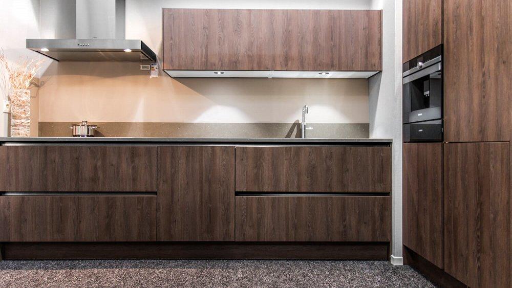 Keuken Kastenwand Diepte : Strakke houten keuken met kastenwand – Showroomkeukens – Keukenloods