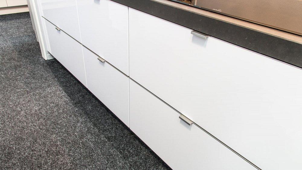 Keuken Kastenwand Diepte : Rechte keuken met kastenwand – Showroomkeukens – Keukenloods.nl