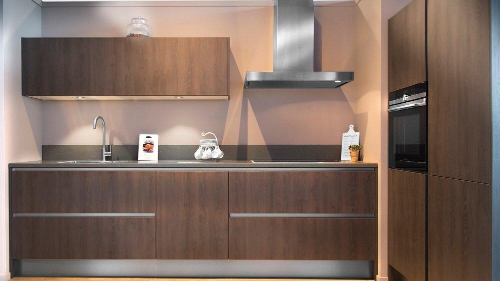 Rechte houten keuken met kastenwand - Showroomkeukens - Keukenloods.nl