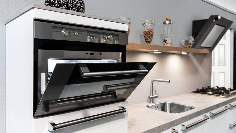 Witte rechte keuken met railinggreep   showroomkeukens ...