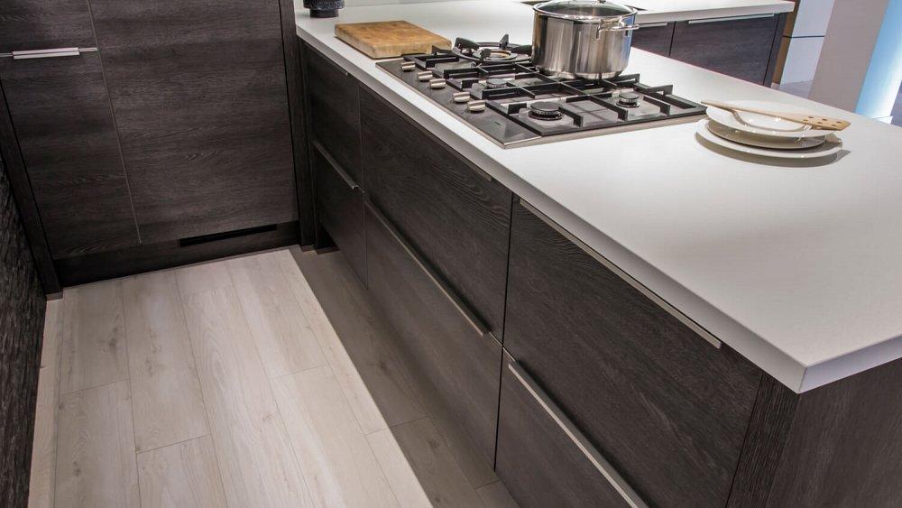 Keuken Licht Of Donker : vormige keuken met donker houtmotief – Showroomkeukens – Keukenloods