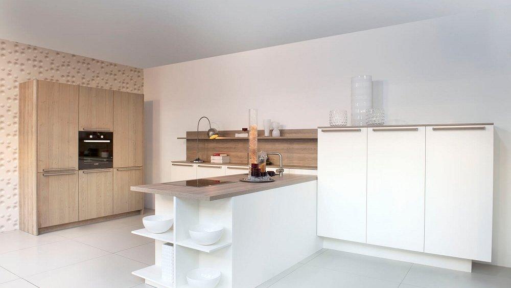 Moderne keuken in wit en hout keukens op maat - Hout en witte keuken ...
