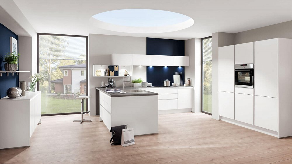 Donkerblauwe Keuken : Moderne witte keuken met donkerblauwe details Keukens op