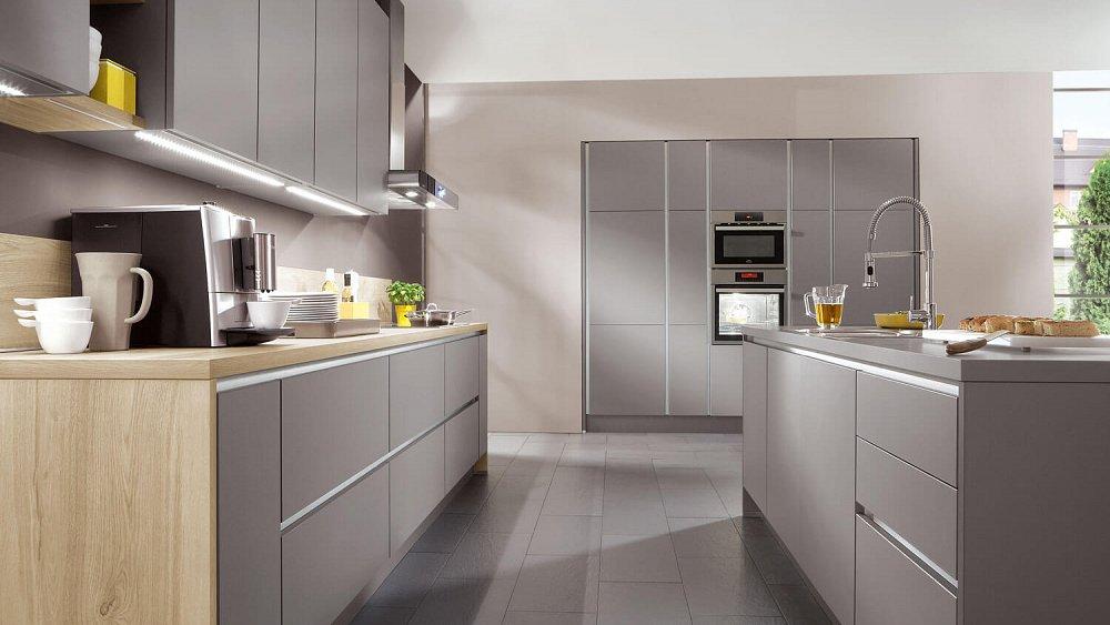 Grijze greeploze keuken met eiland opstelling  Keukens op maat