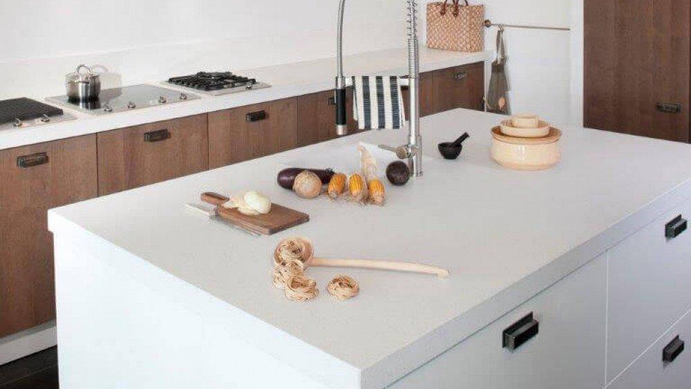 Prachtige robuuste keuken met wit spoeleiland keukens op maat - Afbeelding van keuken amenagee ...