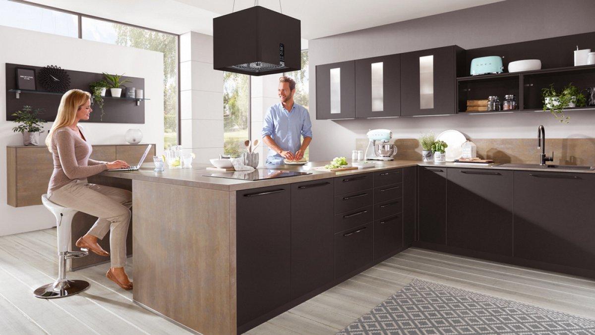 Hoekkeuken met eetbar en kastenwand droomkeukens for Keuken outlet alkmaar