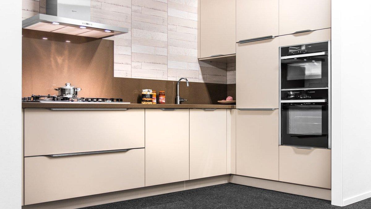 Moderne hoekkeuken met opleggrepen showroomkeukens keukenloods