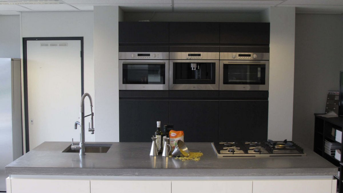 Robuust hout modern hoogglans showroomkeukens keukenloods.nl