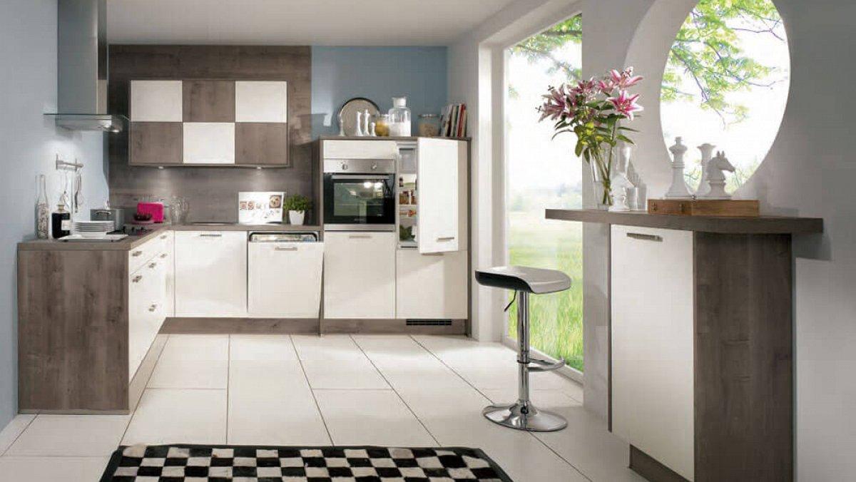 Moderne Warme Keuken : Sfeervolle hoekkeuken met warme houtaccenten en moderne wandkasten