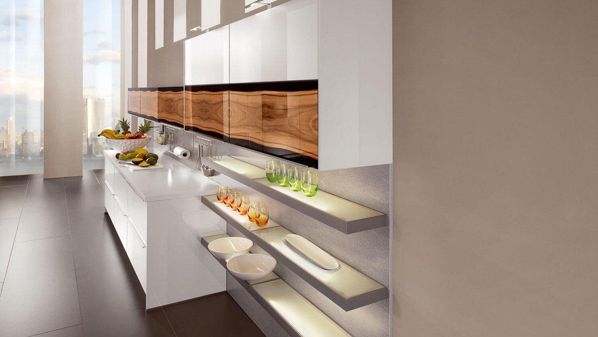 Ruime keuken met kookeiland en inbouw kastenwand keukens for Keuken outlet alkmaar